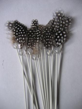 Gyöngytyúk toll üveggolyóba fűzve pálcán