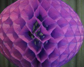 Darázsfészkes gömb, papír 40 cm lila