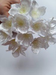 Mini fehér virág kitűző (mű)