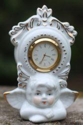 Szobor, porcelán angyal órával