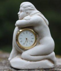 Szobor, porcelán hölgy órával